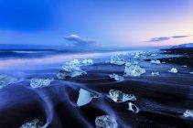 Vista panorâmica de Jokulsarlon de lago glacial, gelo de geleira na praia ao entardecer, Islândia — Fotografia de Stock
