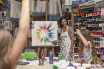Duas crianças em uma aula de arte com seu professor — Fotografia de Stock