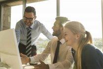 Três pessoas de negócios jovem feliz falando na sala de conferência — Fotografia de Stock