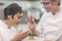 Köche, die duftenden Aroma der Schale — Stockfoto