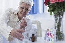 Patienten im Krankenhaus, die Einnahme von Medikamenten — Stockfoto