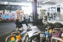Ältere Frau im Fitness-Studio eine Pause — Stockfoto