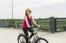 Дівчинка-підліток велосипед їзда на паркування рівня — стокове фото