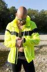 Mann in Sportbekleidung Anpassung seiner smartwatch — Stockfoto