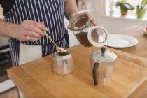 Homme prépare expresso dans la cuisine, vue partielle — Photo de stock