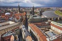 Germania, Dresda, Paesaggio urbano con torre del Castello di Dresda, Torre Hausmann e Cattedrale lungo il fiume Elba — Foto stock