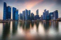 Отдаленное представление о Марина-Бэй в вечер, финансовый район, Сингапур — стоковое фото