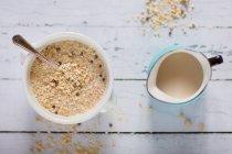 Quinoa Frühstückszerealien Schüssel und Milchkanne — Stockfoto