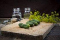 Ряд огурцов на деревянной доске — стоковое фото