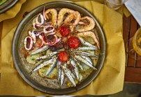 Estofado de mariscos genoveses en plato caliente - foto de stock