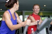 Старшая пара тренируется в спортзале — стоковое фото