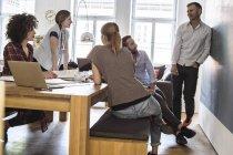 Colegas no escritório tendo uma reunião informal — Fotografia de Stock