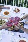 Друзья, тосты с вином Ламбруско во время обеда лето — стоковое фото