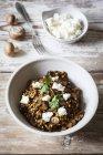 Gerste-Risotto mit Champignons, Feta-Käse und Koriander — Stockfoto