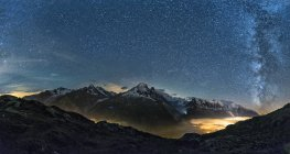 Франция, Монблан, озеро Cheserys, Млечный путь и ночью с долиной, зажег огни города Шамони Монблан — стоковое фото