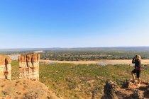 Zimbabwe, Masvingo, Gonarezhou National Park, mulher olhando Runde rio e Chilojo Cliffs — Fotografia de Stock