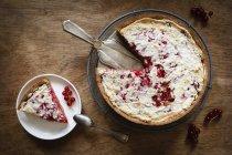 Torta integrale di ribes con marzapane e miele-meringa — Foto stock