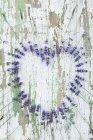Flores frescas de lavanda em forma de coração em madeira — Fotografia de Stock