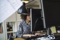 Frau am Computer arbeiten — Stockfoto