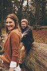 Пара веселится в Осеннем парке — стоковое фото