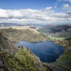 England, Cumbria, Lake District, Langdale, Pavey Ark and Stickle Tarn, Jack 's Rake, cligger — стоковое фото