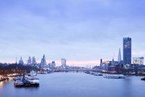 Horizonte de Reino Unido, Londres, con el río Támesis en la madrugada - foto de stock