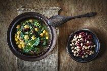 Sopa de espinafre árabe com grão de bico, feijão e lentilhas vermelhas — Fotografia de Stock