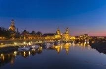 Deutschland, Sachsen, Dresden, beleuchtet Altstadt mit Elbe Fluss im Vordergrund nachts — Stockfoto