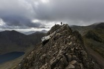 UK, North Wales, Snowdonia, Cwm Glas, Garnedd Ugain, Clogwyn y Parson, hiker — стокове фото
