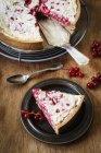 Торт из непросеянной муки смородины с марципаном и мед безе — стоковое фото