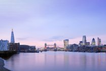 UK, London, skyline with River Thames and Tower Bridge at dawn — Stock Photo