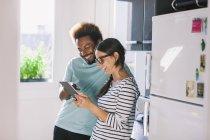 Счастливый молодая пара, весело на кухне — стоковое фото
