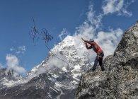 Nepal, Himalaya, Solo Khumbu, Ama Dablam, uomo in piedi sulla corda di lancio della roccia — Foto stock