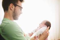 Joven con su hija recién nacida - foto de stock