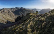 Angleterre, Cumbria, Lake District, Wasdale vallée, Great Gable, grimpeur, marcher sur la montagne — Photo de stock