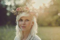 Ragazza con i fiori tra i capelli durante il tramonto — Foto stock