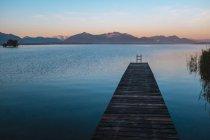 Cais de madeira de Alemanha, Baviera, Chiemgau, Lago Chiemsee, à noite — Fotografia de Stock