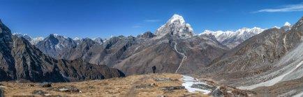 Непал, Гімалаї, соло Кхумбу, Taboche пік, людина прогулянки в гори — стокове фото