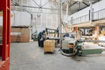 Tischler arbeiten in Werkstatt — Stockfoto