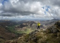 Angleterre, Cumbria, Lake District, Langdale, Harrison Stickle, grimpeur, marche dans les montagnes — Photo de stock