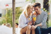 Paar trinkt Fruchtsaft — Stockfoto