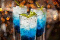 Cocktail con liquore curacao blu — Foto stock