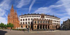 Germania, Assia, Wiesbaden, Chiesa di mercato e nuovo municipio proprio sulla piazza del castello, panorama — Foto stock