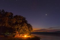 Parc National de Zimbabwe, Urungwe District, Mana Pools, feu de camp à riverside du Zambèze pendant la nuit — Photo de stock