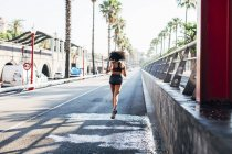 Femme jogging sur la rue — Photo de stock