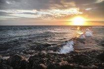 Vue des vagues à la plage pendant le coucher du soleil à Bali, Indonésie — Photo de stock