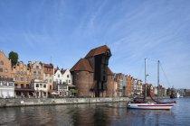 Poland, Gdansk, Motlawa bank with crane gate and sailing boat on Motlawa River — Stock Photo