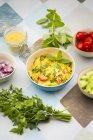 Bol de salade de couscous préparée et ingrédients — Photo de stock