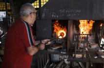 Man using a furnace in a glass factory in Mallorca — Stock Photo