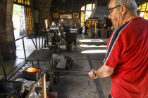 Man working with molten glass in a Factory in Mallorca — Stock Photo